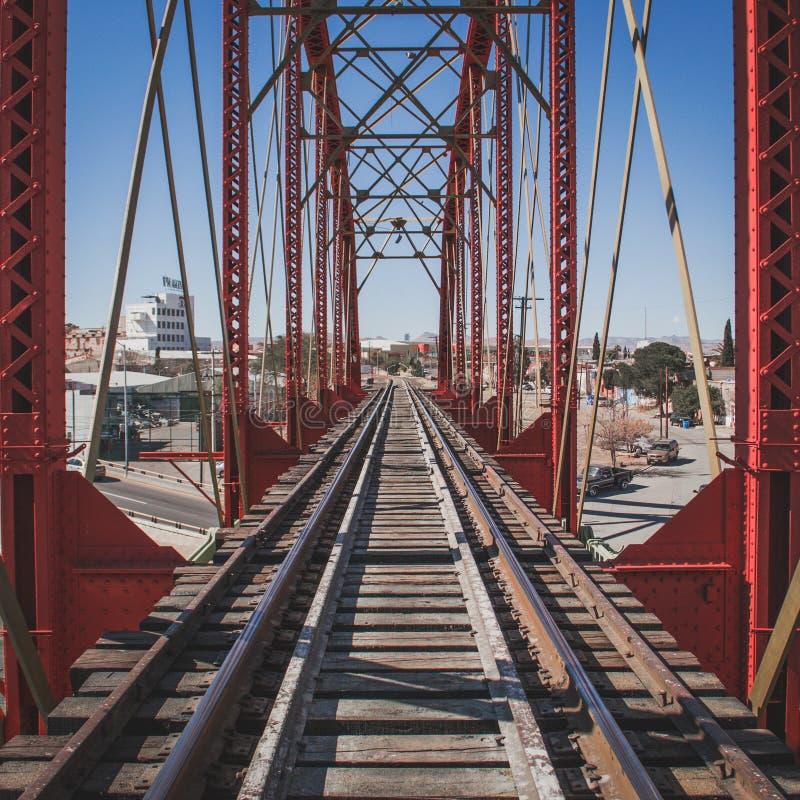 Rode Brug voor treinsporen royalty-vrije stock afbeeldingen