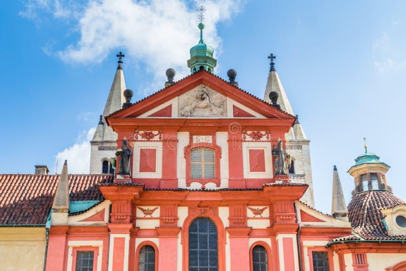 Rode buitenkanten van St George Basilica in Praag stock foto's