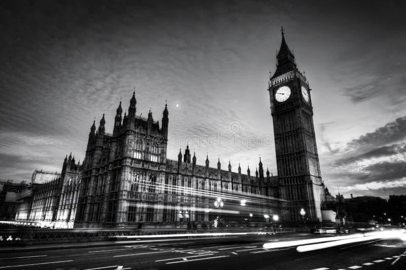 Rode bus, Big Ben en het Paleis van Westminster in Londen, het UK bij nacht Rebecca 36 stock afbeelding