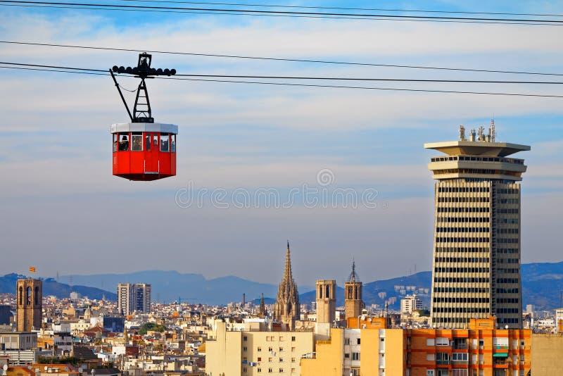Rode cabine van kabelbaantribunes uit op de horizon van Barcelona stock afbeelding