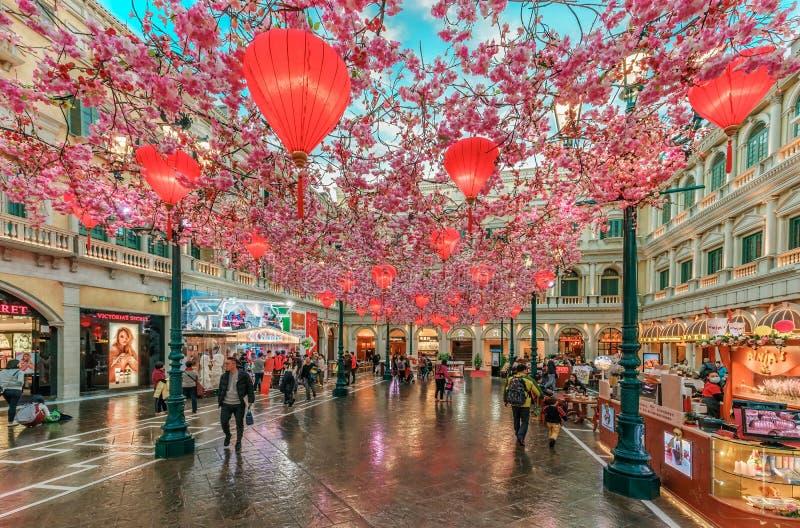 Rode Chinese lantaarns met sakuradecoratie onder kunstmatige blauwe hemel in het Venetiaanse de Toevluchthotel van Macao vóór Chi royalty-vrije stock foto's