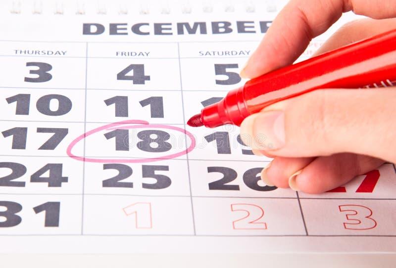 Rode cirkel duidelijk op een kalender royalty-vrije stock afbeeldingen