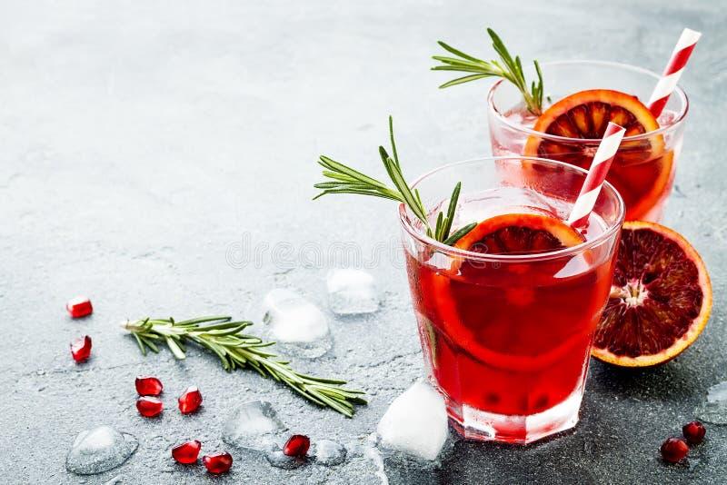 Rode cocktail met bloedsinaasappel en granaatappel Verfrissende de zomerdrank Vakantieaperitief voor Kerstmispartij royalty-vrije stock afbeelding