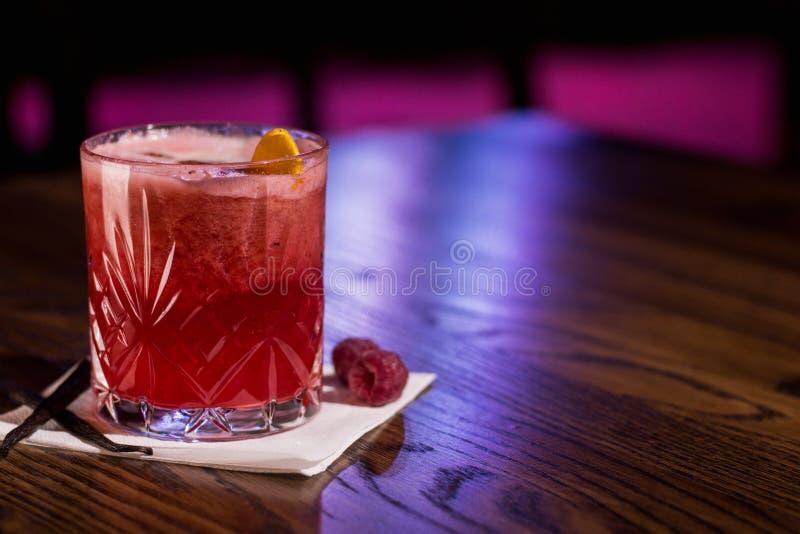 Rode cocktail, met framboos en vanille aan kanten stock fotografie