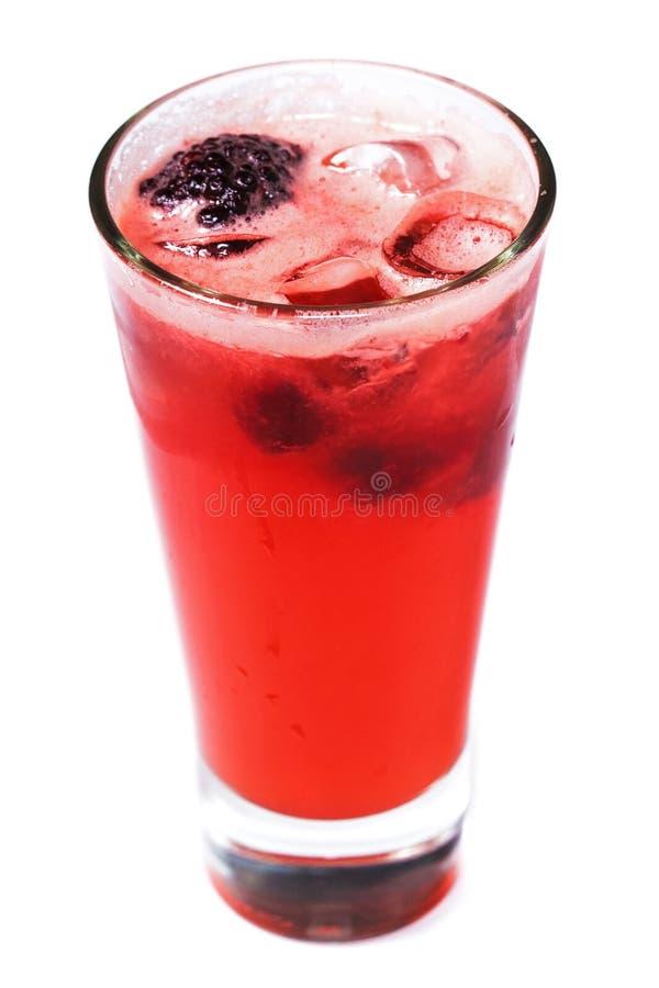 Rode cocktail met ijs en bessen in een glas op een geïsoleerde witte achtergrond royalty-vrije stock afbeeldingen