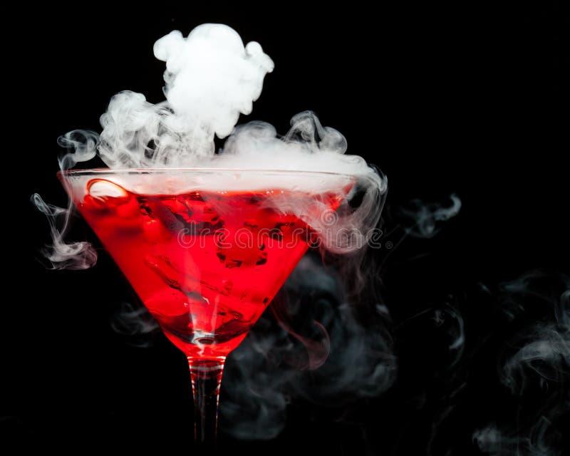 Rode cocktail met ijsdamp royalty-vrije stock foto's