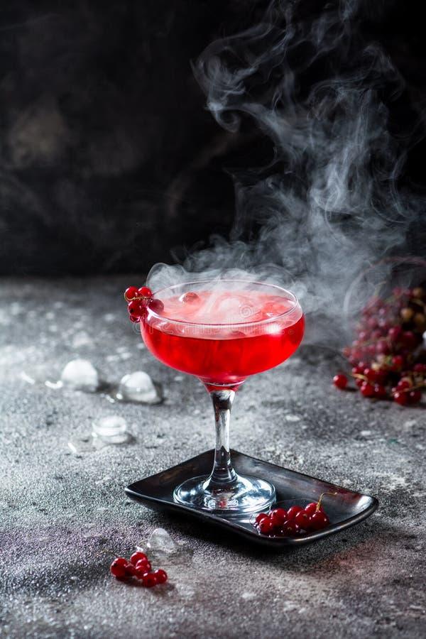 Rode cocktail met ijsdamp Cocktail met rook Alcoholdrank, wodka, ijs, partij, droog ijs royalty-vrije stock fotografie