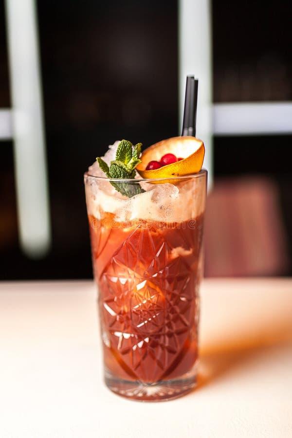Rode cocktail met munt op de witte bar royalty-vrije stock foto