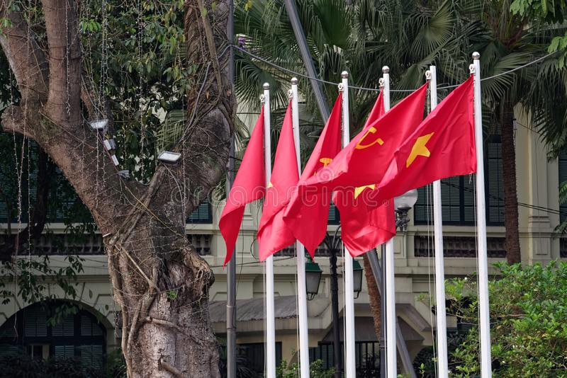 Rode communistische vlaggen die in de wind fladderen stock foto's