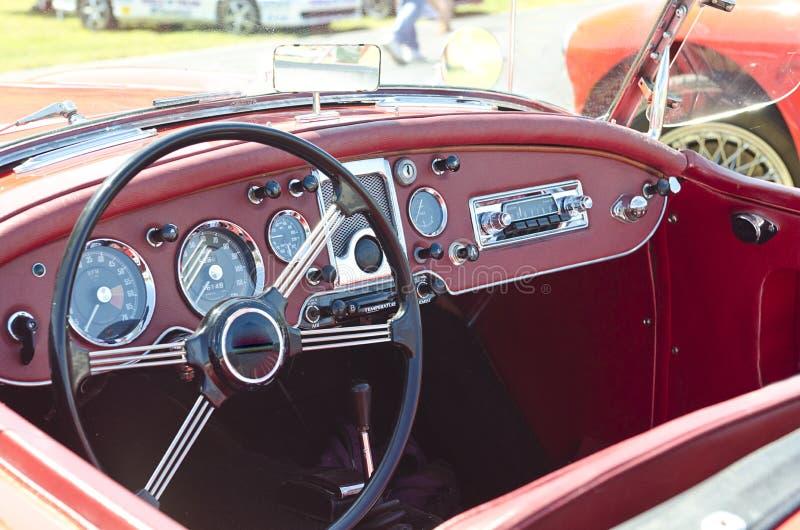 Rode convertibele uitstekende sportwagen met stuurwiel en maten royalty-vrije stock fotografie