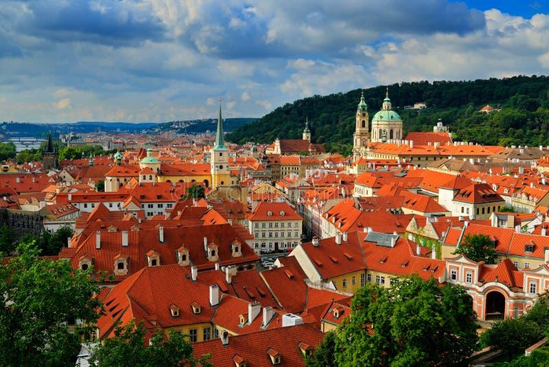 Rode daken in de stad Praag Panorama van Praag van het Kasteel van Praag, Tsjechische Republiek De zomerdag met blauwe hemel met  stock afbeeldingen