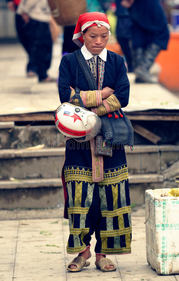 Rode Dao-vrouw bij markt royalty-vrije stock foto