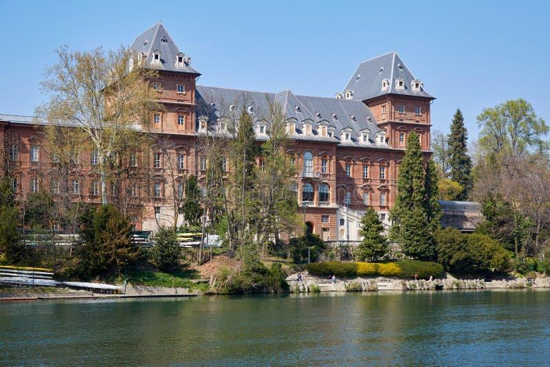 Rode de bakstenenvoorgevel van het Valentinokasteel en Po rivier in Piemonte, Turijn, Itali? royalty-vrije stock afbeelding