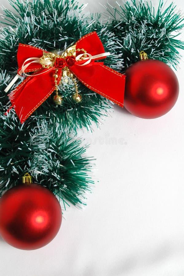 Rode de ballen snd boog van Kerstmis stock afbeeldingen