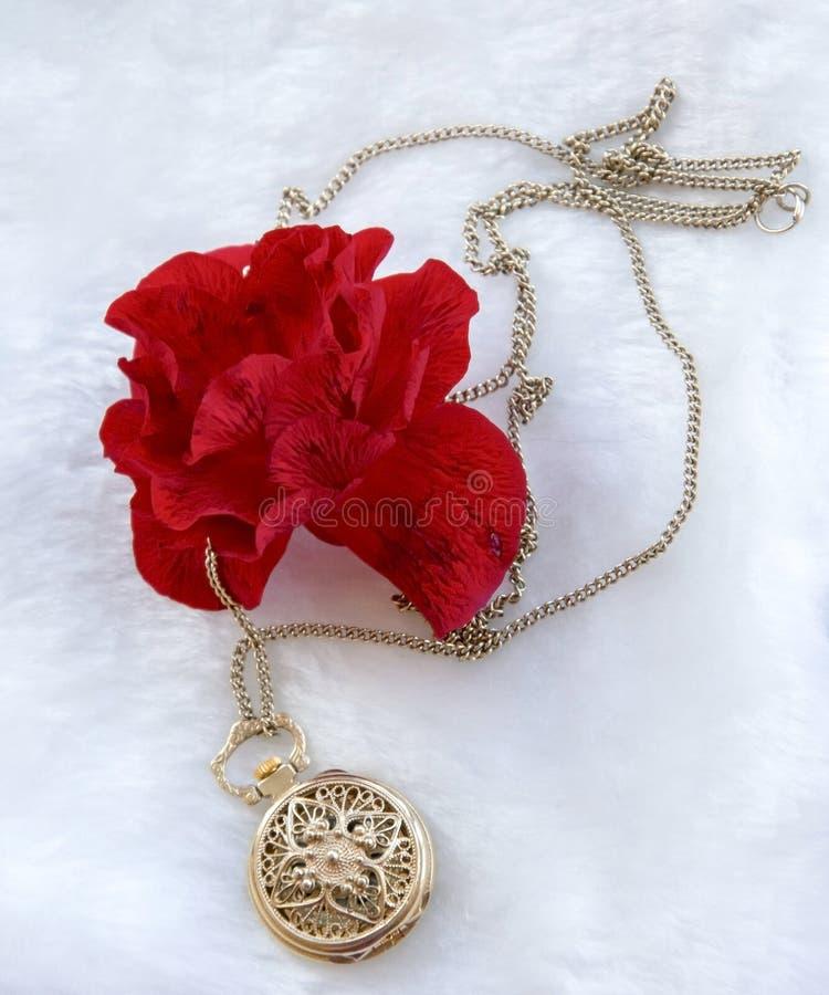 Rode de bloem nam en gouden filigraan het werkklok - tegenhanger met deksel toe royalty-vrije stock afbeeldingen