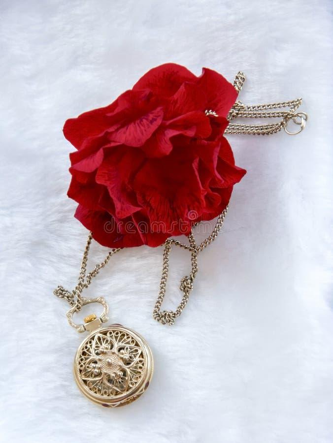 Rode de bloem nam en gouden filigraan het werkklok - tegenhanger met deksel toe royalty-vrije stock foto's