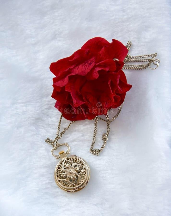 Rode de bloem nam en gouden filigraan het werkklok - tegenhanger met deksel toe royalty-vrije stock afbeelding