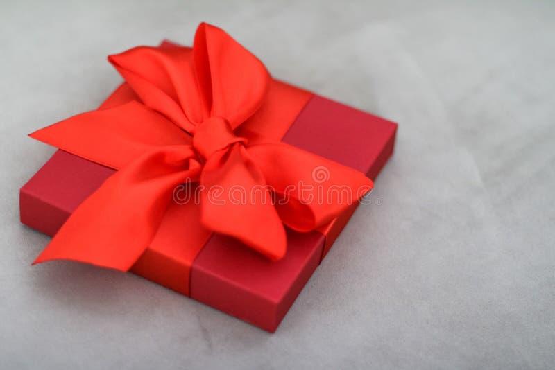Rode de giftdoos van de luxevakantie met zijdelint en boog, Kerstmis of van de valentijnskaartendag decor stock fotografie