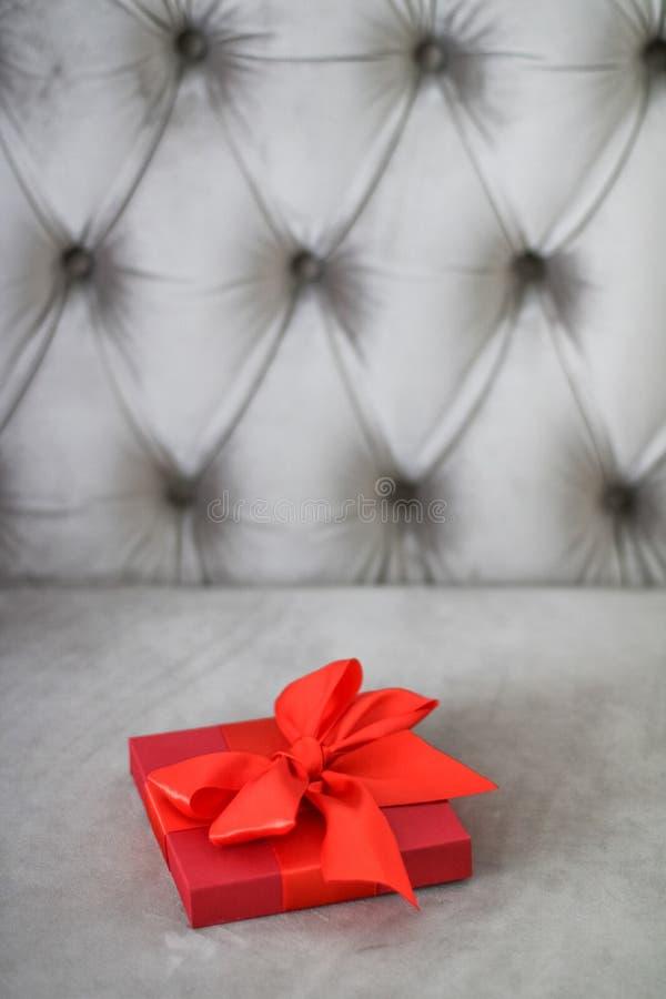Rode de giftdoos van de luxevakantie met zijdelint en boog, Kerstmis of van de valentijnskaartendag decor royalty-vrije stock fotografie
