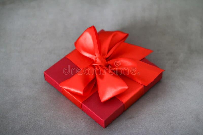 Rode de giftdoos van de luxevakantie met zijdelint en boog, Kerstmis of van de valentijnskaartendag decor royalty-vrije stock foto