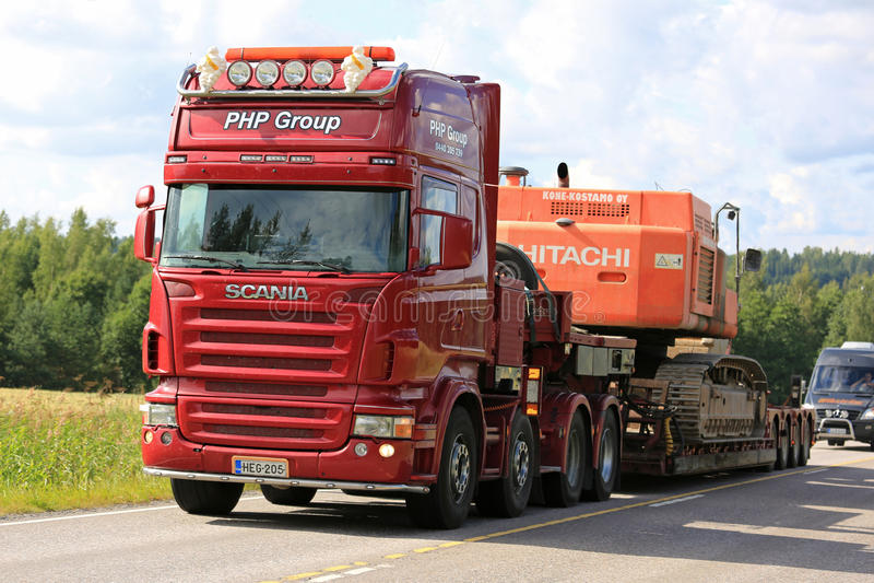 Rode de Transporten van Scania Semi Bergopwaartse Bouwmachines royalty-vrije stock afbeeldingen