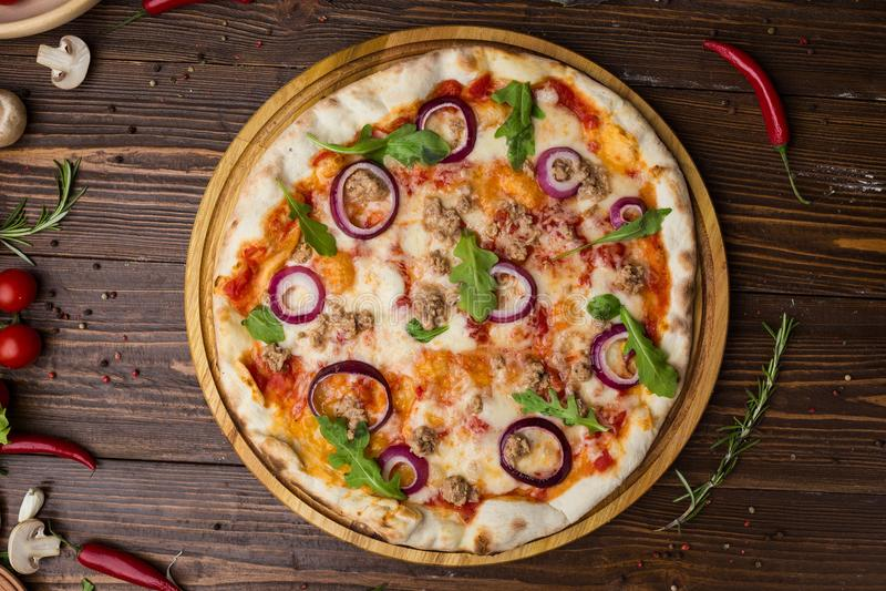 Rode de uipizza van de gehakttomaat op een houten achtergrond royalty-vrije stock afbeelding