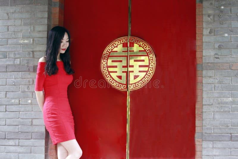Rode deur met Chinees woord` dubbel geluk å›  â€œï ¼ Œ royalty-vrije stock afbeelding