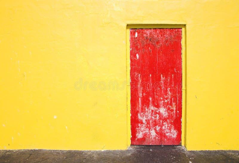 Rode deur op gele muur royalty-vrije stock fotografie