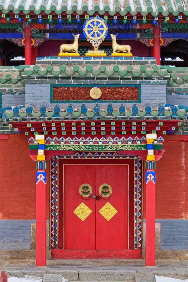 Rode deur van een tempel in het klooster van Erdene Zuu royalty-vrije stock afbeeldingen