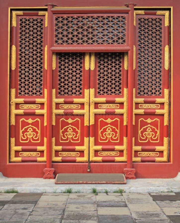 Rode deuren met gouden schilderende 1 royalty-vrije stock afbeeldingen
