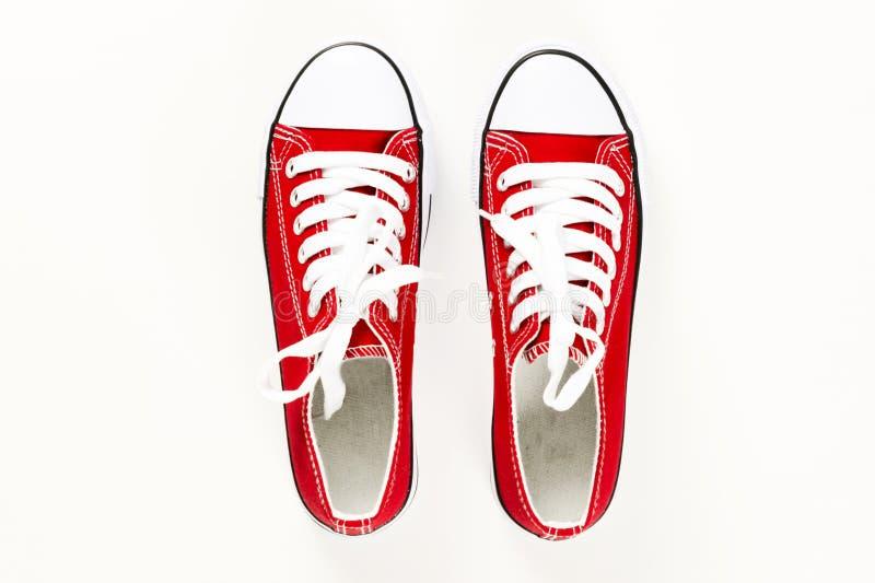 Rode dichte omhooggaand van de tennisschoenen hoogste mening ge?soleerd op witte achtergrond stock afbeeldingen