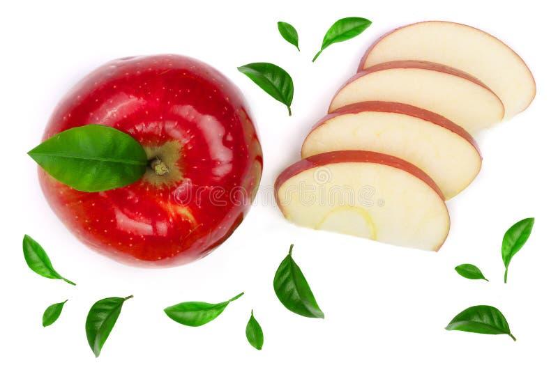 Rode die appelen met plakken met groene die bladeren worden verfraaid op witte hoogste mening worden geïsoleerd als achtergrond R stock foto's