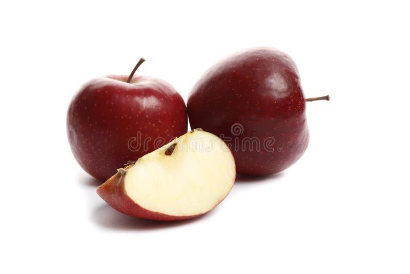 Rode die appelen op een witte achtergrond worden geïsoleerd stock afbeeldingen