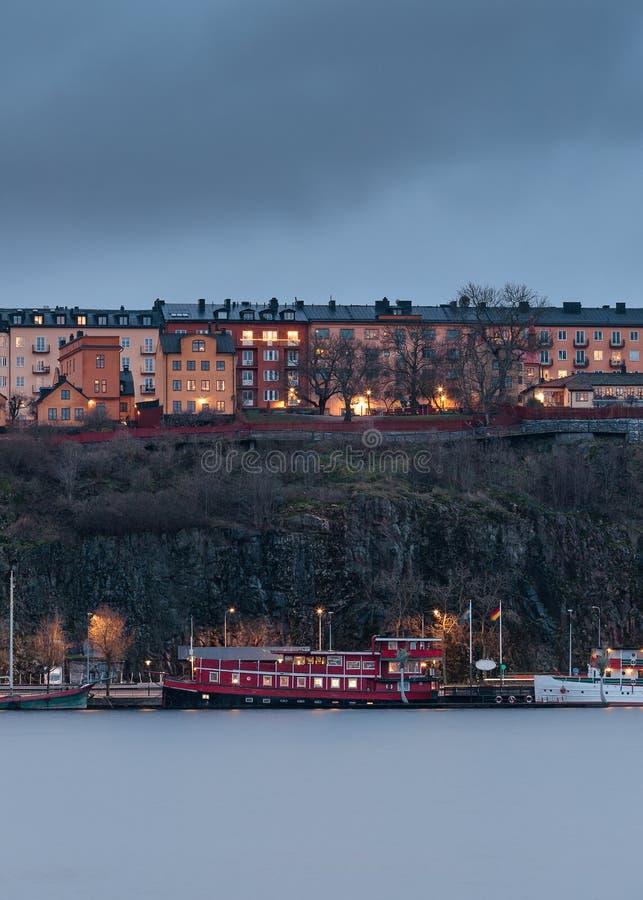 Rode die boot door de waterkant op het zuideneiland wordt gedokt in Centraal Stockholm, Zweden stock foto