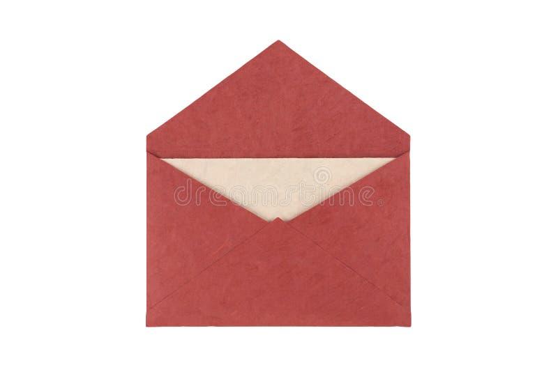 Rode die envelop van natuurlijk die vezeldocument wordt gemaakt op witte bac wordt geïsoleerd stock afbeelding