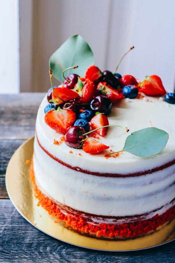 Rode die fluweelcake met bessendecoratie van blauwe aardbei wordt gemaakt, stock afbeeldingen