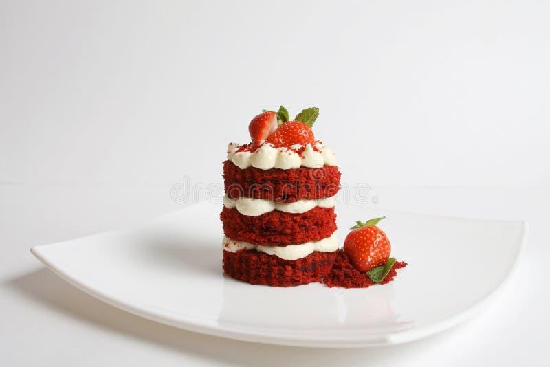 Rode die fluweelcake op wit wordt ge?soleerd royalty-vrije stock afbeeldingen