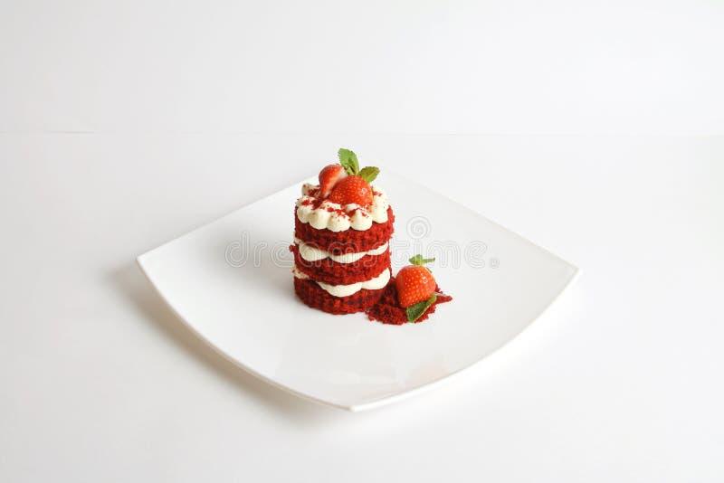 Rode die fluweelcake op wit wordt ge?soleerd royalty-vrije stock foto's