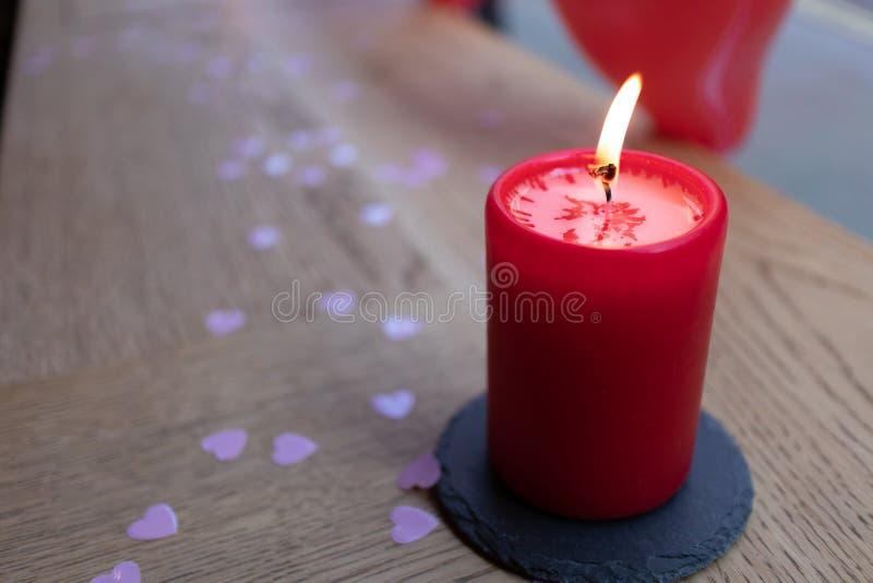 Rode die Kaars, met roze hartconfettien wordt geïsoleerd royalty-vrije stock foto