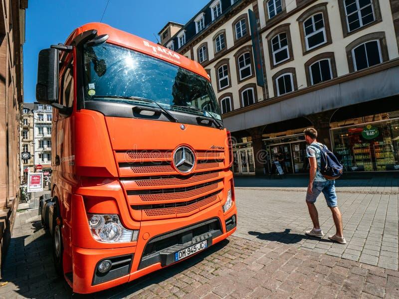 Rode die Mercedes Benz Actros-vrachtwagen in Stad wordt geparkeerd stock fotografie