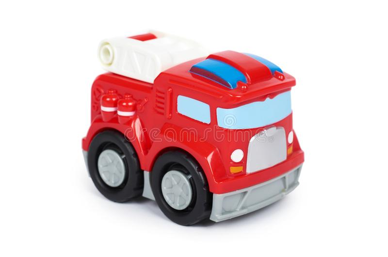 Rode die stuk speelgoed brandbestrijdersauto, op witte achtergrond, de motor van de brandvrachtwagen wordt geïsoleerd stock foto's