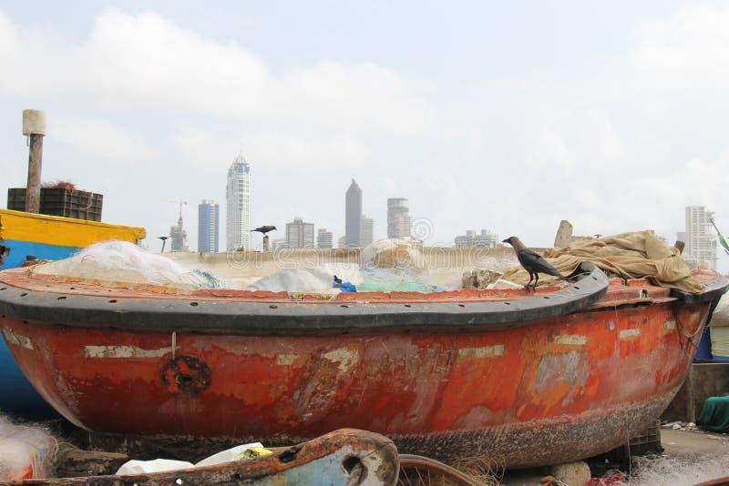 Rode die vissersboot voor reparaties wordt gehouden stock foto