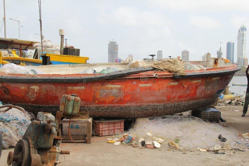 Rode die vissersboot voor reparaties wordt gehouden royalty-vrije stock afbeelding
