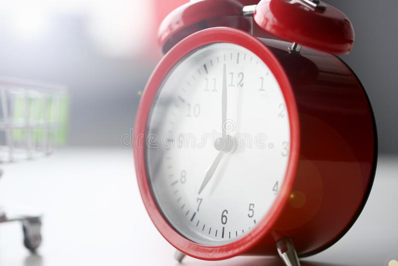 Rode die wekker bij zeven in de ochtend wordt geplaatst stock afbeeldingen