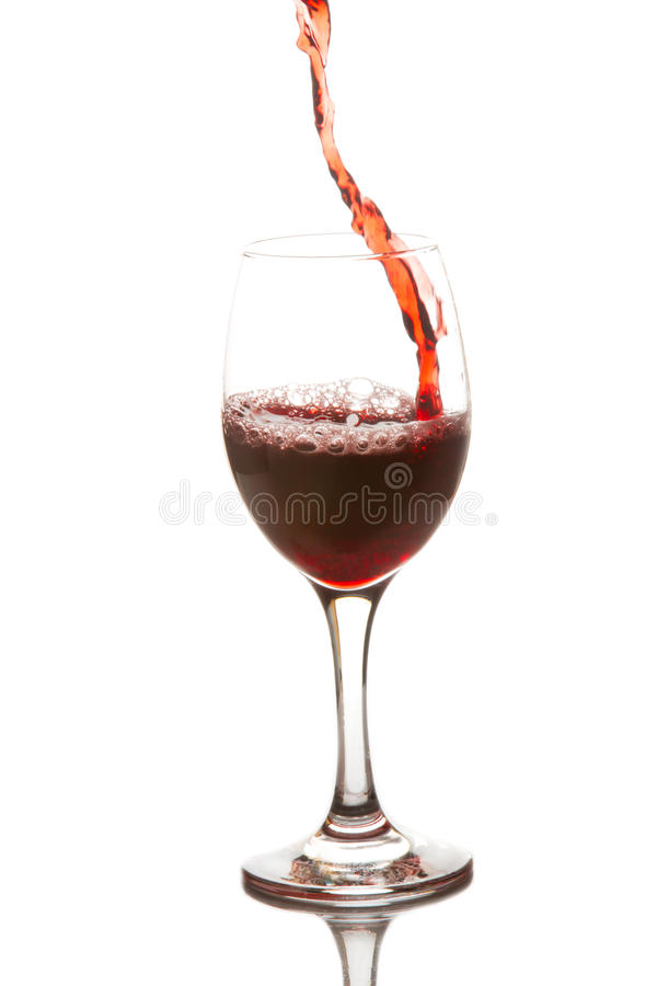 Rode die wijn in een wijnglas wordt gegoten royalty-vrije stock afbeeldingen
