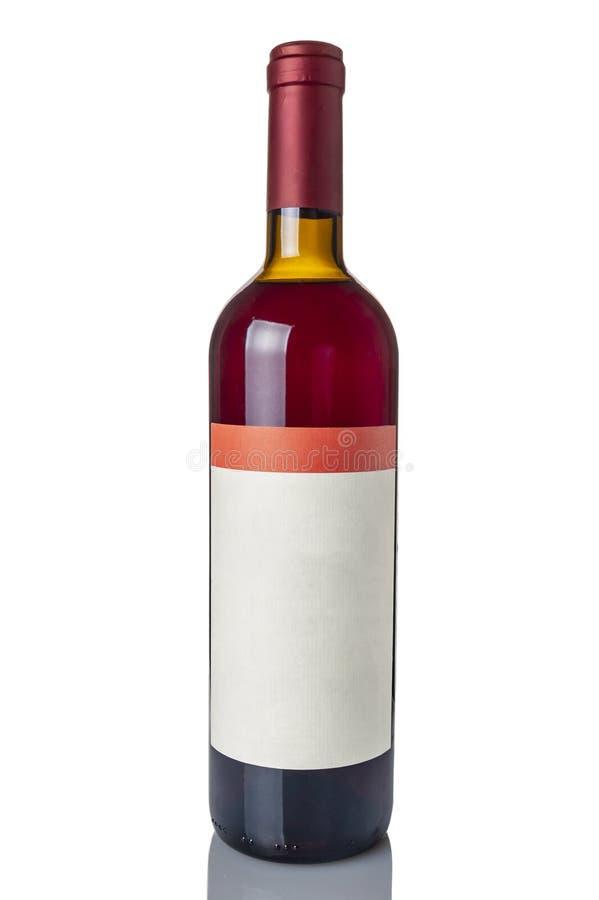 Rode die wijnfles over witte achtergrond wordt geïsoleerd royalty-vrije stock afbeelding