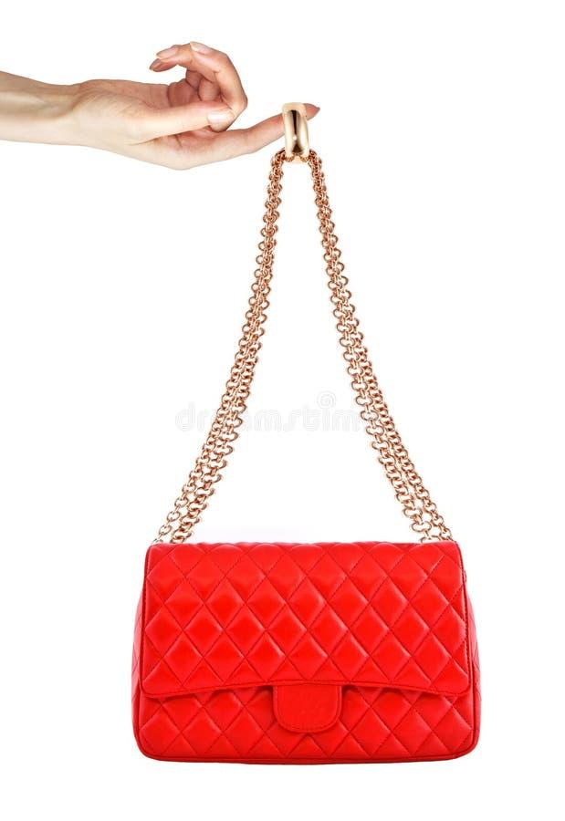 Rode die zak in vrouwenhand op witte achtergrond wordt geïsoleerd royalty-vrije stock afbeelding