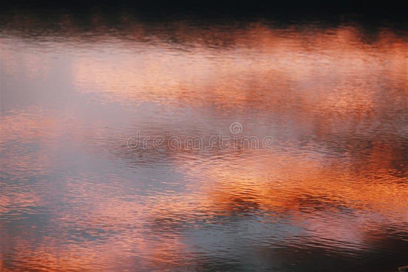 Rode die Zonsondergang Water wordt overdacht royalty-vrije stock foto