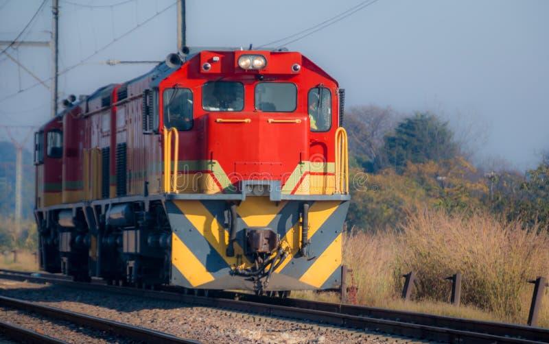 Rode Diesel Elektrische Locomotief op een zonnige dag royalty-vrije stock afbeelding