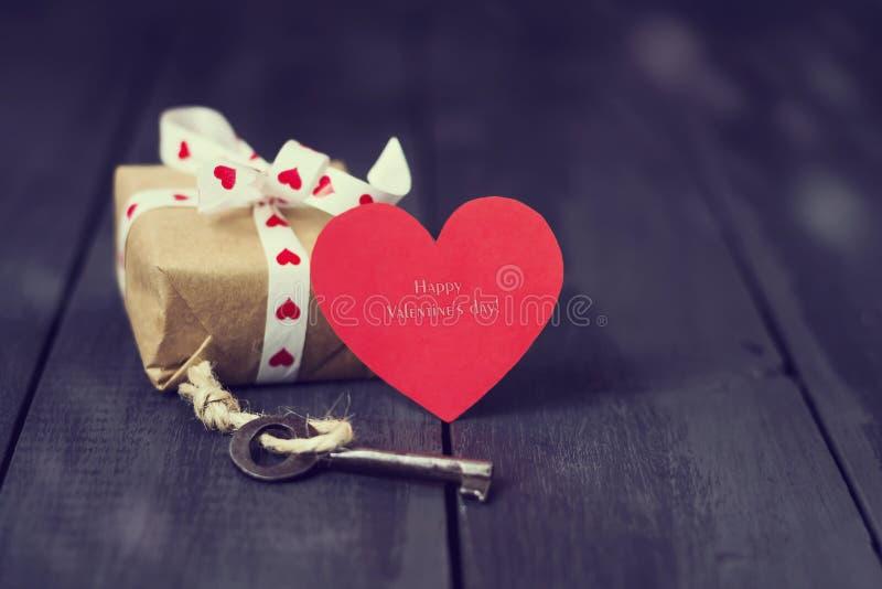 Rode document hart oude zeer belangrijk en stelt op een donkere houten achtergrond voor St de Dag van de valentijnskaart ` s De r royalty-vrije stock foto